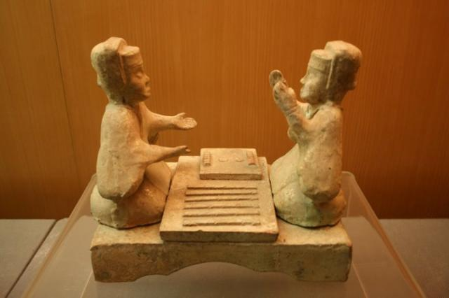 Two figures playing liubo.